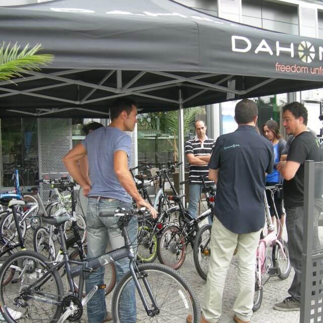 Los periodistas prueban las bicicletas Dahon
